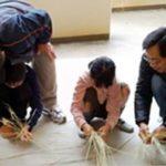 西宮市立甲東小学校が収穫した藁でリース作り体験