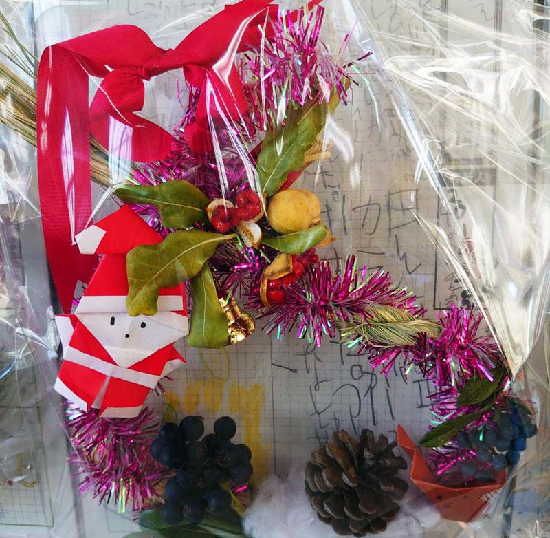 縄ない体験で作った縄に飾りを付けてできたクリスマスリース